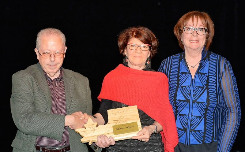 Le président de la SABL Jean-Claude St-Arneault, la récipiendaire du prix HOMMAGE Hélène Gignac et la présidente d'honneur Fabienne Desroches | Photo : Alain Ducharme
