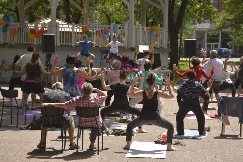 Près de 300 personnes ont participé à l'un des cours offerts au carré Royal lors de la Journée mondiale du yoga en juin 2016. | Gracieuseté/Maude Roux-Pratte