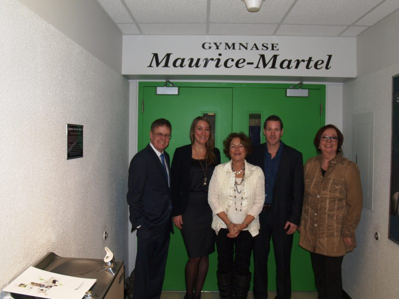 L'épouse de Maurice Martel, Claire Ménard est entourée de deux de ses enfants, Catherine et Alexandre, ainsi que du député Sylvain Rochon (à gauche) et de la directrice générale du Cégep, Fabienne Desroches. | Photo: TC Média - Louise Grégoire-Racicot