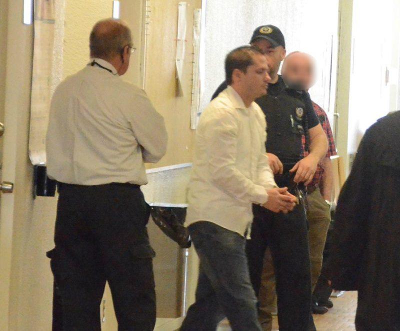 Claude Demers après s'être fait passer les menottes au palais de justice de Sorel-Tracy. | Photo: TC Média - Jean-Philippe Morin