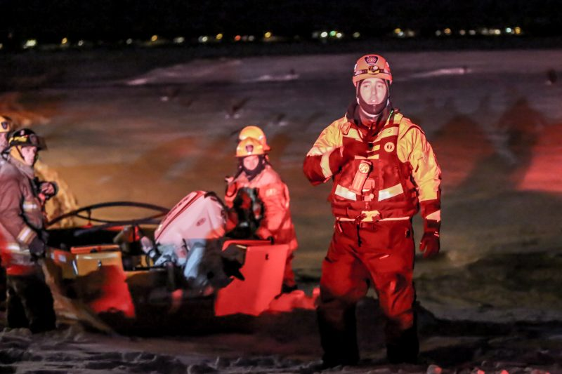Les pompiers de Sorel-Tracy ont été déployés sur le fleuve Saint-Laurent, vendredi soir. | TC Média - Pascal Cournoyer, Pascal Cournoyer