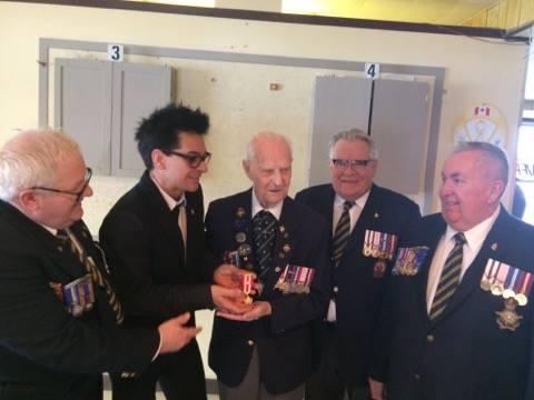 Le maire de Sorel-Tracy, Serge Péloquin, a remis la médaille du 150e du Canada au vétéran Jean Trempe.. | Tirée de Facebook