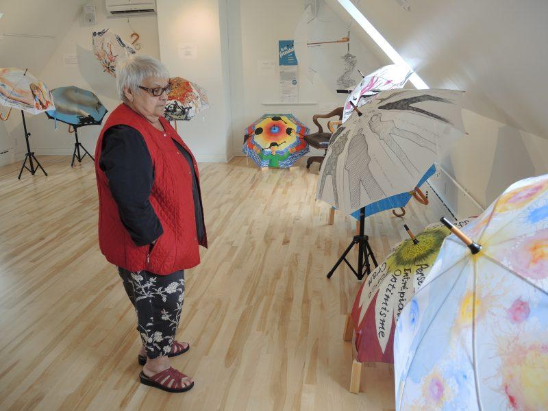 Raymonde Bajt invite les gens à venir visiter l'exposition itinérante des parapluies à la Maison des Gouverneurs qui prendra fin le 27 août. | TC Média - Sarah-Eve Charland