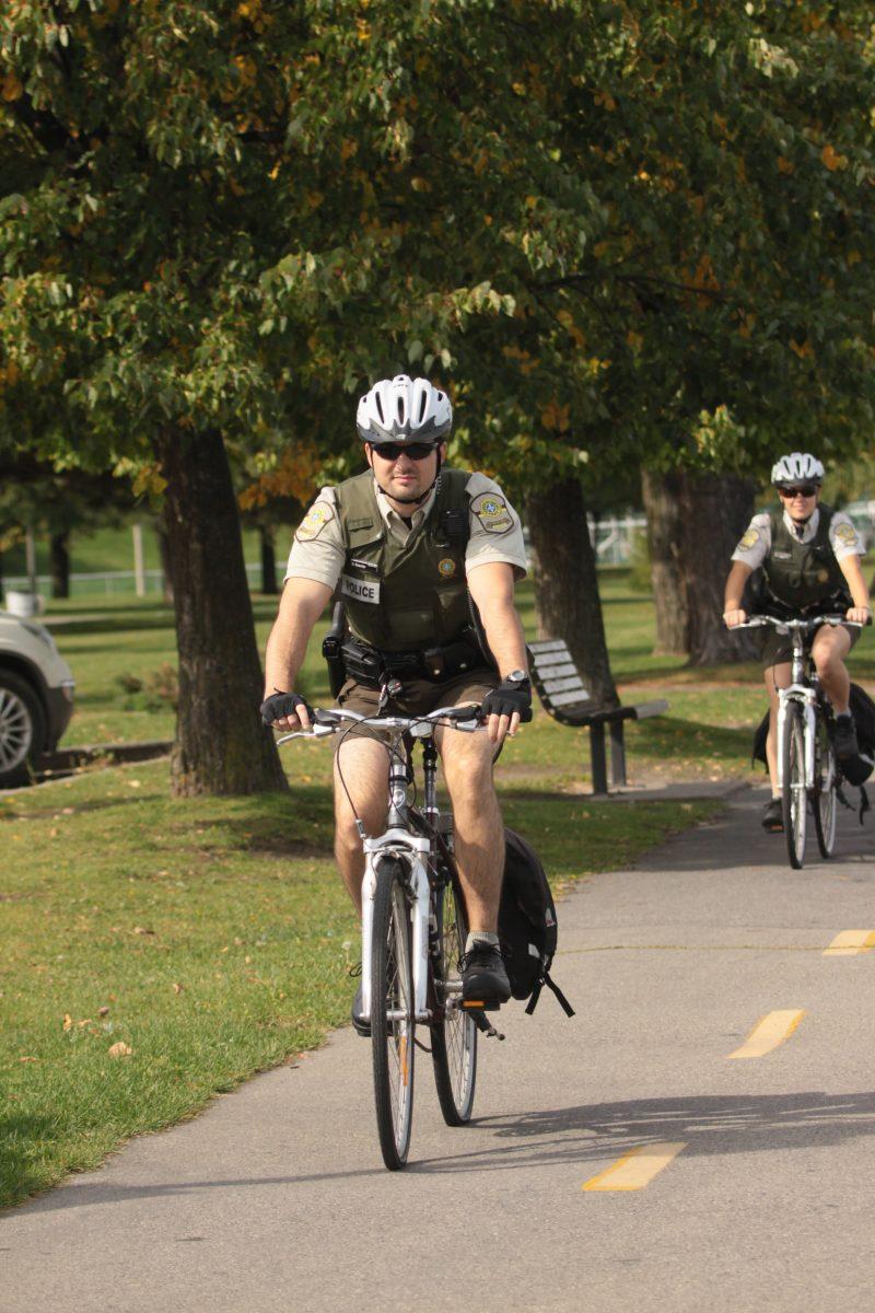 La présence de deux policiers de la MRC Pierre-De Saurel à vélo a permis d'assurer une meilleure sécurité dans les parcs de la région, allègue la Sûreté du Québec (SQ). | TC Média - Archives
