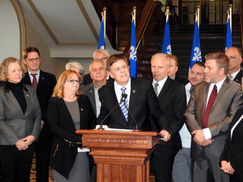 Sylvain Rochon entouré de l'équipe avec laquelle il sera appelé à travailler de près, à la suite de sa nomination, par le chef de l'opposition officielle, Jean-François Lisée, comme leader adjoint du parti. | Photo: gracieuseté