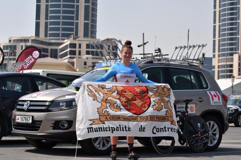 La cycliste et coprésidente d'honneur Laurie Jussaume arborant le drapeau de Contrecœur lors des Championnats du monde sur route au Qatar en octobre. | Photo: gracieuseté