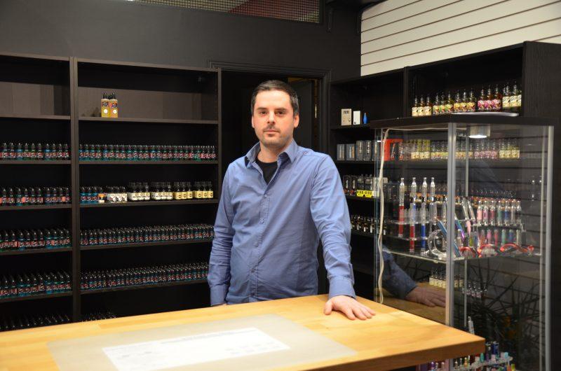 Le propriétaire la boutique eVape, Manuel Lavallée, déplore la nouvelle réglementation entourant les cigarettes électroniques. | TC Média - Sarah-Eve Charland