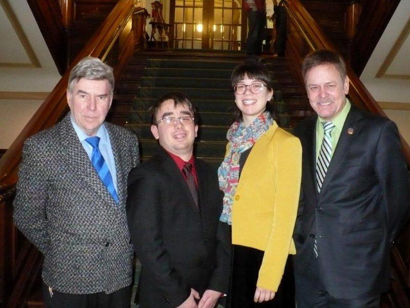 Philippe Robert et Jeanne Coutu-Drainville sont en compagnie de leur professeur de sciences politiques, Gilles Casgrain (à gauche) et du député Sylvain Rochon (à droite). | TC Média - Gracieuseté