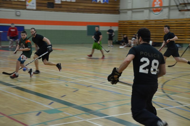 Une douzaine d'élèves de l'école secondaire Fernand-Lefebvre ont affronté les policiers de la Sûreté du Québec dans un match amical. | TC Média - Sarah-Eve Charland