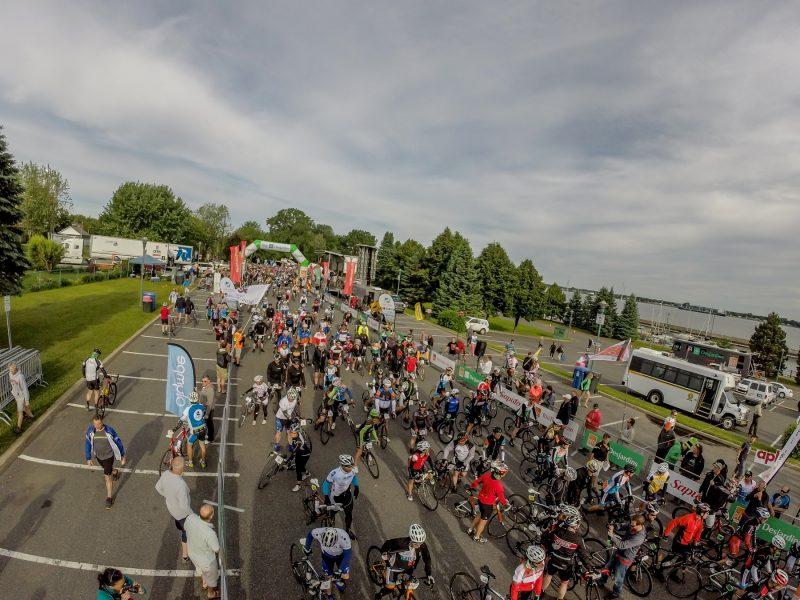Les cyclistes se sont entassés au parc Regard-sur-le-Fleuve le temps d'une petite pause. | Photo: TC Média - Pascal Cournoyer