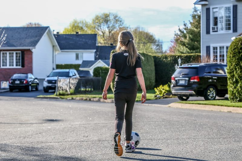 Les jeunes de toutes les générations ont joué dans la rue, pratiquant librement leur sport préféré. | Photo: TC Média - Pascal Cournoyer