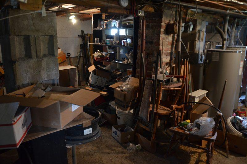 L'ancien locataire a laissé le sous-sol de l'appartement enseveli d'objets. | TC Média - Sarah-Eve Charland