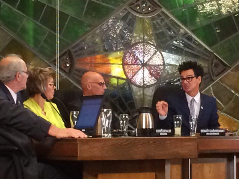 Un échange musclé a eu lieu, hier soir, entre le conseiller Yvon Bibeau  et le maire de Sorel-Tracy Serge Péloquin concernant une lettre envoyée à l'opposant au parc éolien Fernand Gignac | Photo: TC Média – Julie Lambert