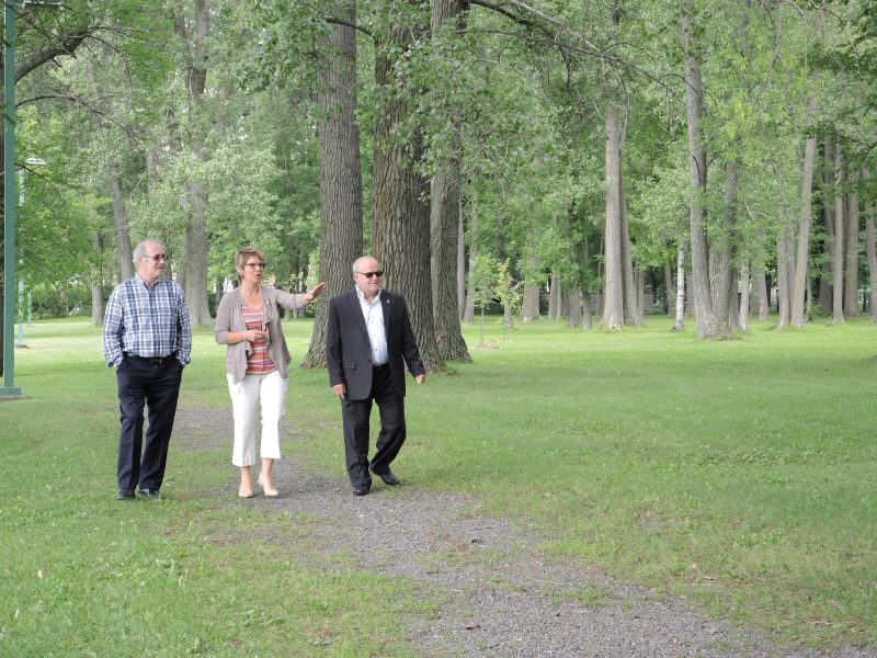 Les conseillers Yvon Bibeau, Sophie Chevalier et André Potvin ont regroupé leur budget discrétionnaire pour revamper le parc Maisouna. | TC Média - Archives
