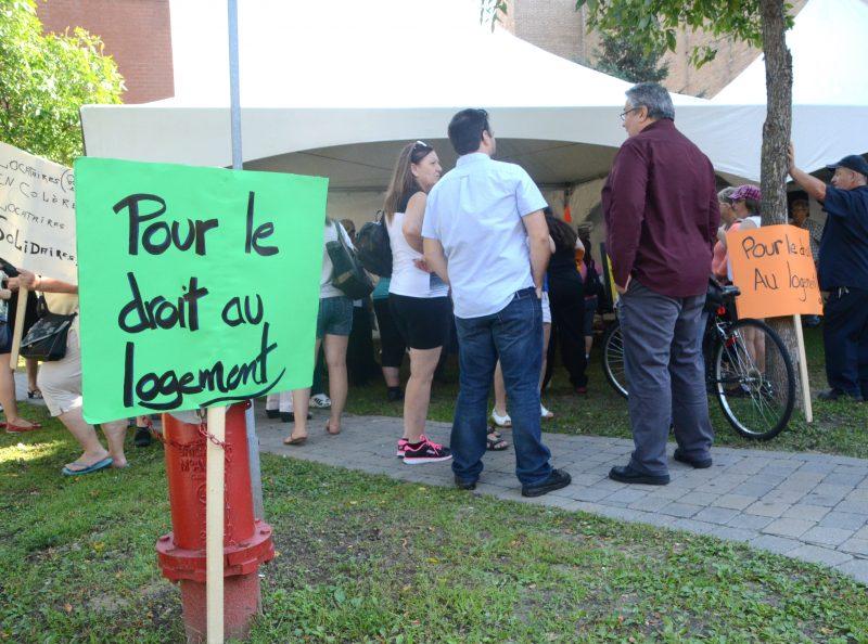 Une soixantaine de personnes ont manifesté au coin des rues Roi et Augusta afin de réclamer des logements décents. | Photo TC Média - Jean-Philippe Morin