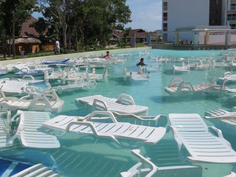 Les employés ont lancé des chaises dans les piscines pour se préparer aux forts vents d'Irma. | Gracieuseté