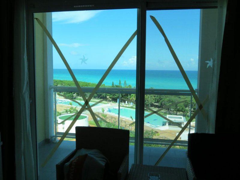 Les « X » dans les fenêtres empêchent les vitres de briser en éclats lors de forts vents. | Gracieuseté