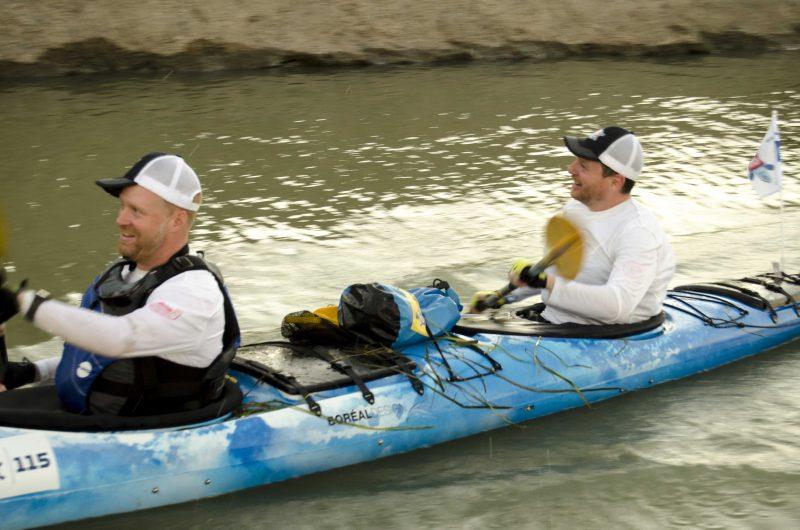 Le chanteur Yann Perreau, à l'arrière de l'embarcation, est porte-parole du Défi kayak Desgagnés Montréal-Québec. | Photo: TC Média – Stéphane Martin