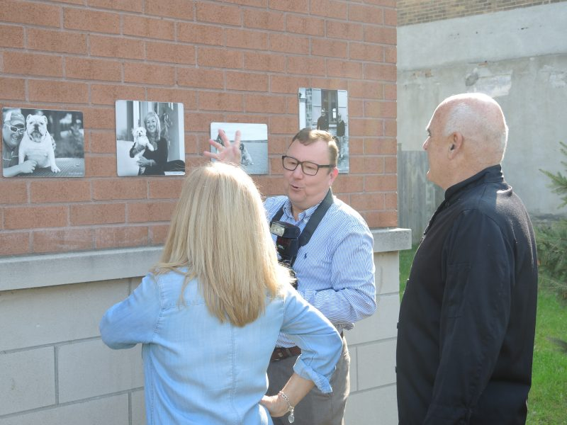 Le photographe Gary Carpentier a inauguré son exposition « Bêtes et maîtres » en compagnie de plusieurs de ses modèles. | TC Média - Sarah-Eve Charland