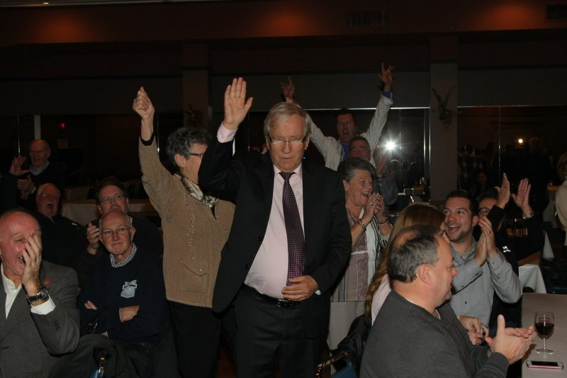 Louis Plamondon célèbre sa victoire avec ses partisans au restaurant Tracy. | TC Média - Pascal Cournoyer