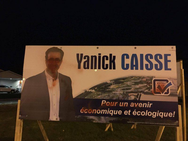 Plusieurs graffitis ont été réalisés sur des pancartes électorales. |  © Gracieuseté