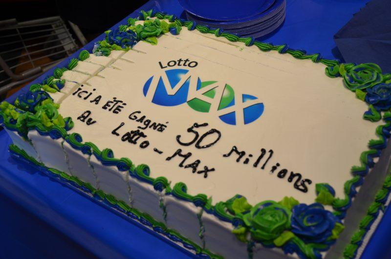 Le IGA extra André Tellier célébrait la réception du chèque de 500 000$ de Loto-Québec. | TC Média - Sarah-Eve Charland