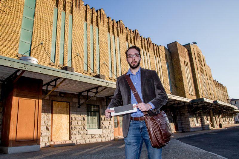 Maxime Caplette est un des trois signataires du manifeste réclamant la suspension de l'appel d'offres pour la rénovation du marché Richelieu. | Photo: TC Média - Pascal Cournoyer