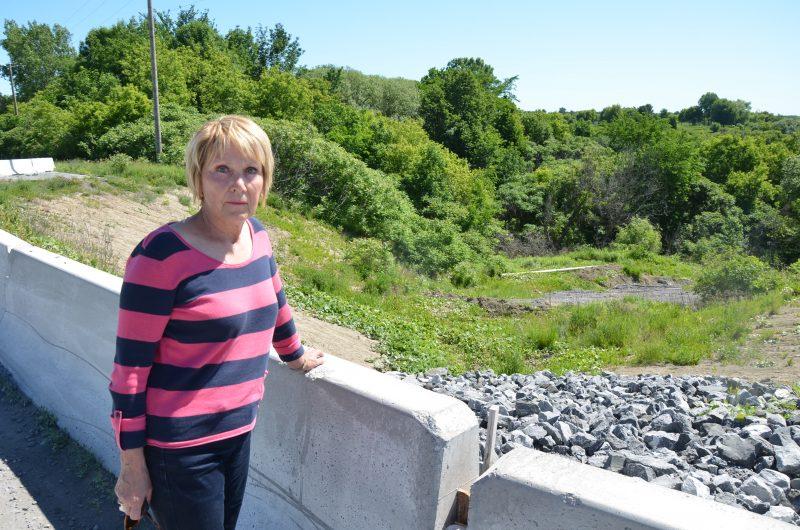 La mairesse de Saint-Aimé, Maria Libert, espère voir les travaux de stabilisation du rang Bord-de-l'Eau se réaliser en 2016. | TC Média - Sarah-Eve Charland