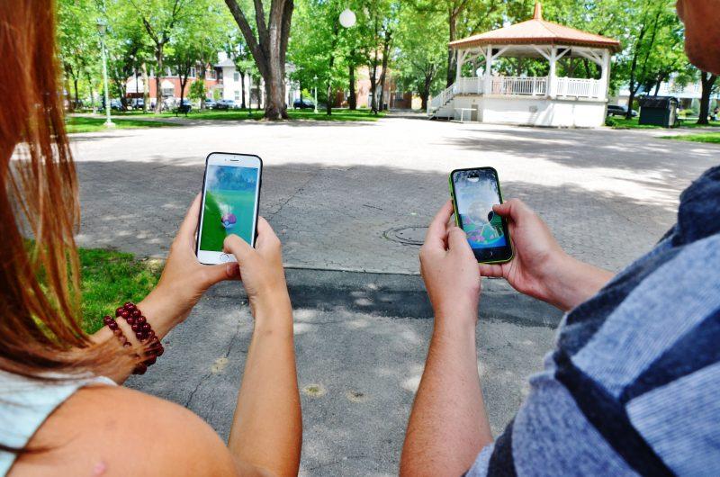 Notre chef de nouvelles et notre coordonnatrice se sont amusés à capturer des Pokémon dans le carré Royal. | Photo: TC Média – Julie Lambert