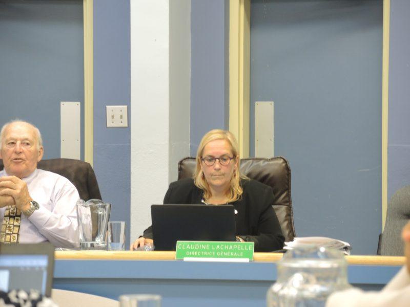 La directrice générale, Claudine Lachapelle, a présenté le code d'éthique aux commissaires. | TC Média - Sarah-Eve Charland