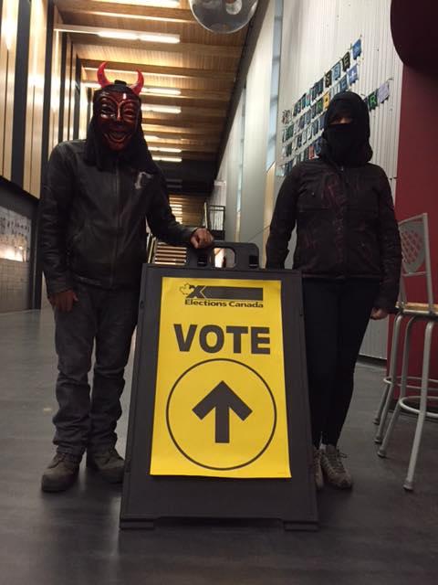 Denis Lepage et sa conjointe ont porté un masque d'Halloween au moment d'aller voter.   Gracieuseté