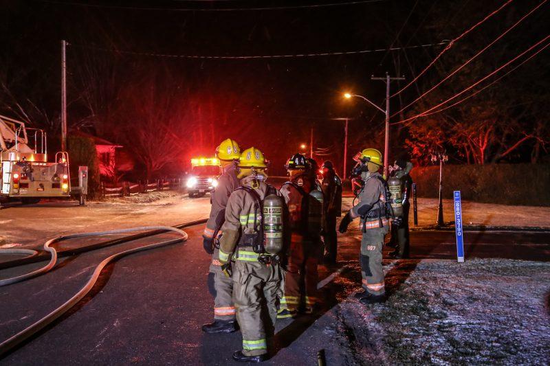 Un incendie a complètement ravagé une maison à Sainte-Victoire-de-Sorel, tôt le 20 novembre 2017. | Photos par Pascal Cournoyer