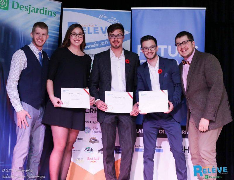 Les trois étudiants ont reçu une bourse de 250$ chacun. |  © Photo : Gabrielle Legrand Champagne