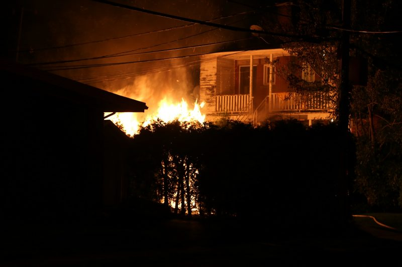 Un garage a été la proie des flammes dans la nuit du 17 au 18 août à Sorel-Tracy. | Photo: TC Media - Pascal Cournoyer