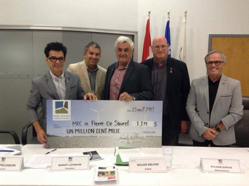 La MRC de Pierre-De Saurel a reçu un premier chèque de l'énergie vendue par le Parc éolien Pierre-De Saurel. | Photo: TC Media - Stéphane Martin