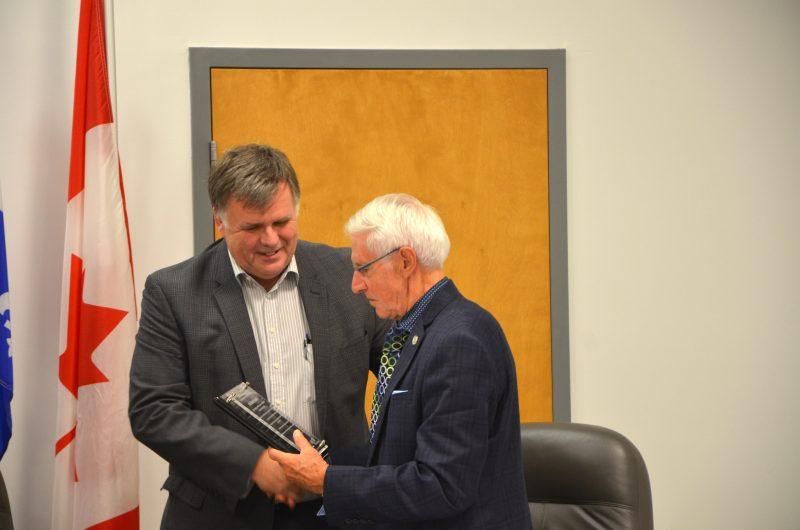 Le maire de Saint-Joseph-de-Sorel, Olivar Gravel, a reçu une plaque pour souligner sa carrière politique lors du conseil des maires le 11 octobre. |  © TC Media - Julie Lambert
