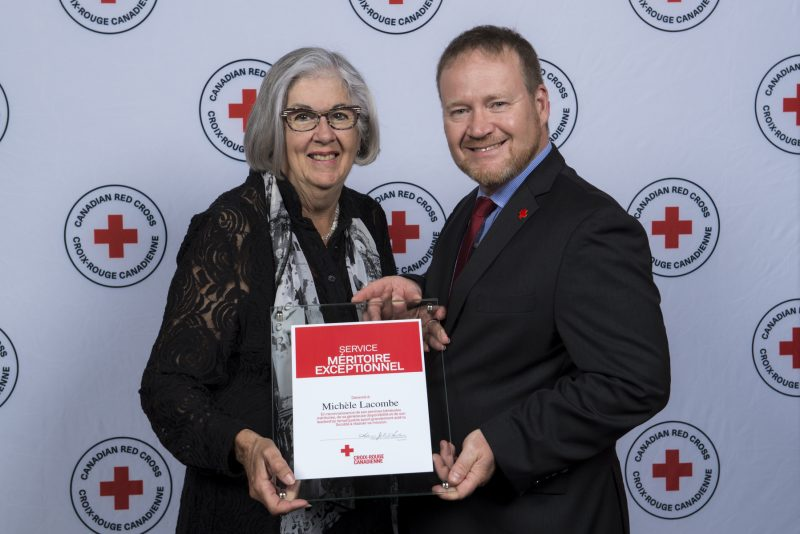 Le vice-président de la Croix-Rouge au Québec, Pascal Mathieu, en compagnie de la bénévole Michèle Lacombe |  © Photo: Gracieuseté