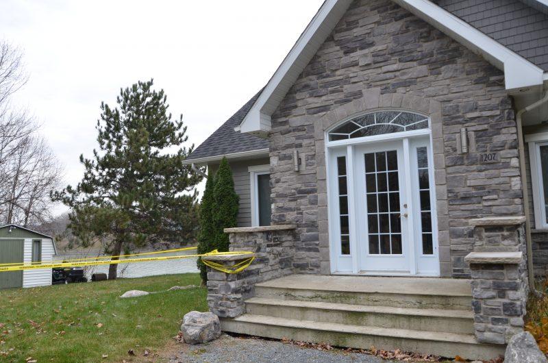 Publié le 13 novembre 2017 | La maison est pour le moment comdannée en attendant le verdict de la Sécurité civile du Québec. | Photos par Photo: Julie Lambert
