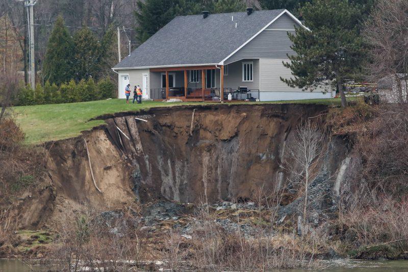 Un glissement de terrain a emporté une bonne partie du terrain de la maison à Saint-Roch-de-Richelieu. |  © Photo: Pascal Cournoyer