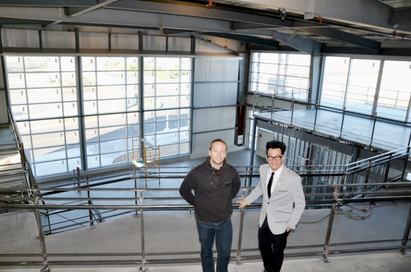 Le chargé de projet et le maire de Sorel-Tracy, Pascal Vertefeuille et Serge Péloquin, se trouvent sur une des trois mezzanines du bâtiment H. | Photos par Photo: Julie Lambert