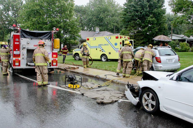 L'urgence fait partie du rythme de travail des pompiers, qu'ils soient appelés sur les lieux d'un incendie ou d'un accident de la route. | Photo: TC Média - Pascal Cournoyer