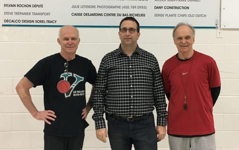 Le maire de Sainte-Victoire-de-Sorel, Jean-François Villiard, est entouré des entraîneurs Daniel Tellier et Pierre Lemay, qui prendront leur retraite à la fin de la présente saison. | Gracieuseté