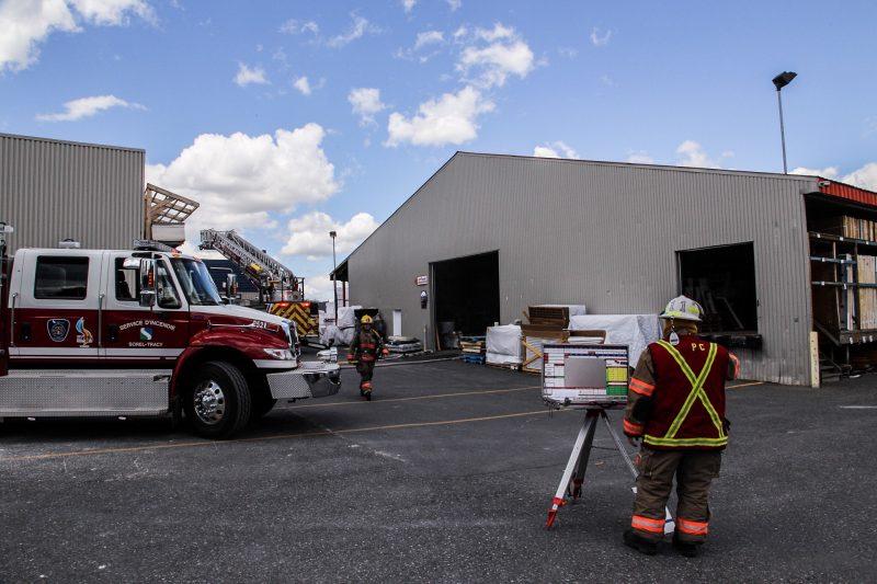 Un incendie s'est déclaré dans l'entretoit de l'entrepôt de Patrick Morin, vers 12h45 le 21 juin. | Photo: TC Média - Pascal Cournoyer