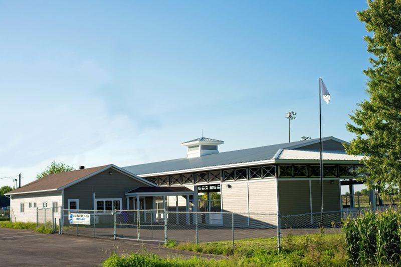 Les gens viennent profiter à Saint-Robert des terrains des loisirs et du centre multifonctionnel avec sa patinoire recouverte à l'année longue. | Photo: gracieuseté
