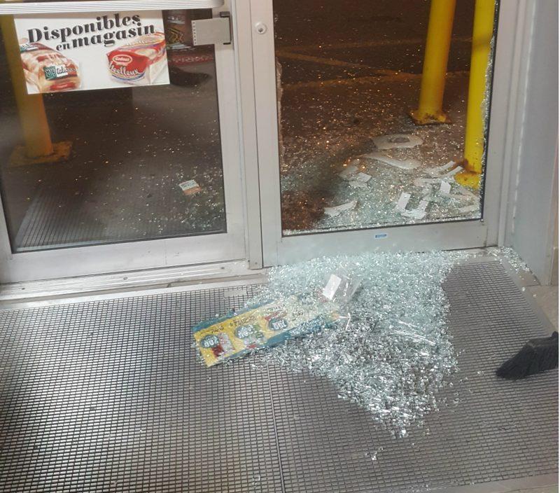 La porte du commerce a été fracassée par les voleurs. | Gracieuseté