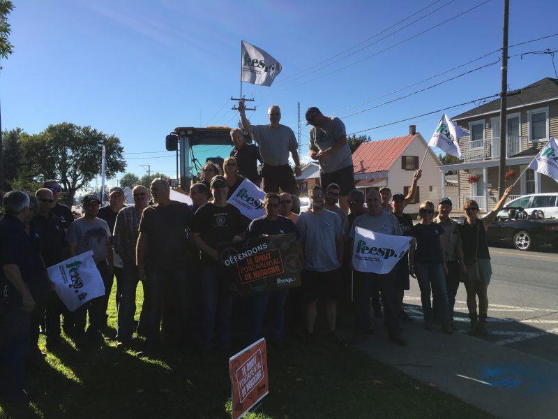 C'est devant le garage municipal à Sorel-Tracy que s'est déroulée la mobilisation syndicale. | Photo: Service des communications CSN