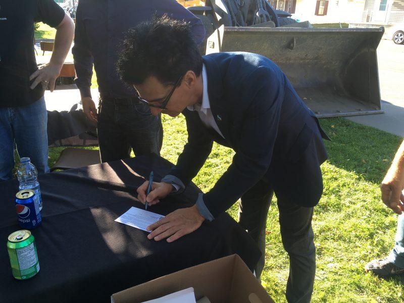 Le maire Serge Péloquin a montré son appui en signant une carte postale dans le cadre de la mobilisation des syndicats des employés municipaux de Sorel-Tracy. | Photo: Service des communications CSN