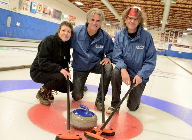 Le porte-parole Steeve Diamond est entouré d'Annie Desaulniers et d'Alain Larouche, les instigateurs de Curling pour enfants à Sorel-Tracy. | gracieuseté – Kim Devos