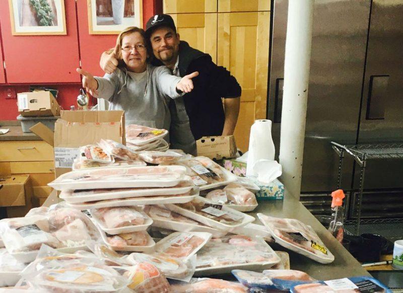 Le CAB a reçu de Moisson Rive-Sud sa première livraison de viande, la semaine dernière, à la grande joie de la cuisinière Lorraine Ducasse et d'un stagiaire au CAB, Patrick Bouillon. | Photo: Gracieuseté/ Joëlle Racine