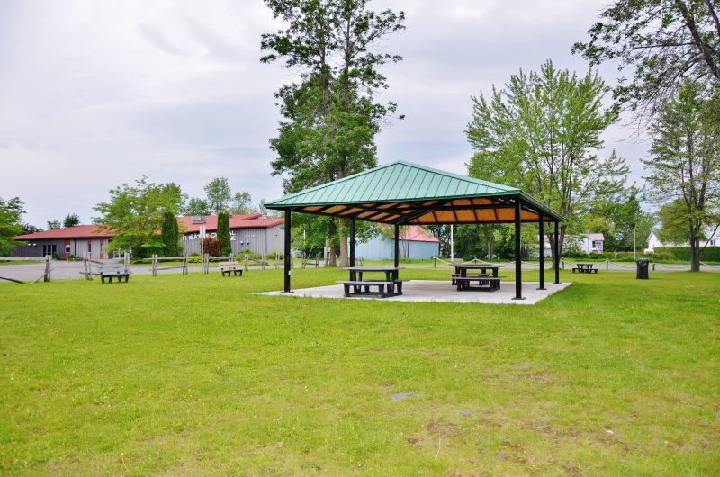Le conseil municipal de Sainte-Anne-de-Sorel aimerait réaménager le terrain situé entre le Théâtre du Chenal-du-Moine et la mairie afin de rendre disponible des terrains résidentiels, mais aussi créer un espace récréatif pour les citoyens. | Photo : TC Média –Julie Lambert